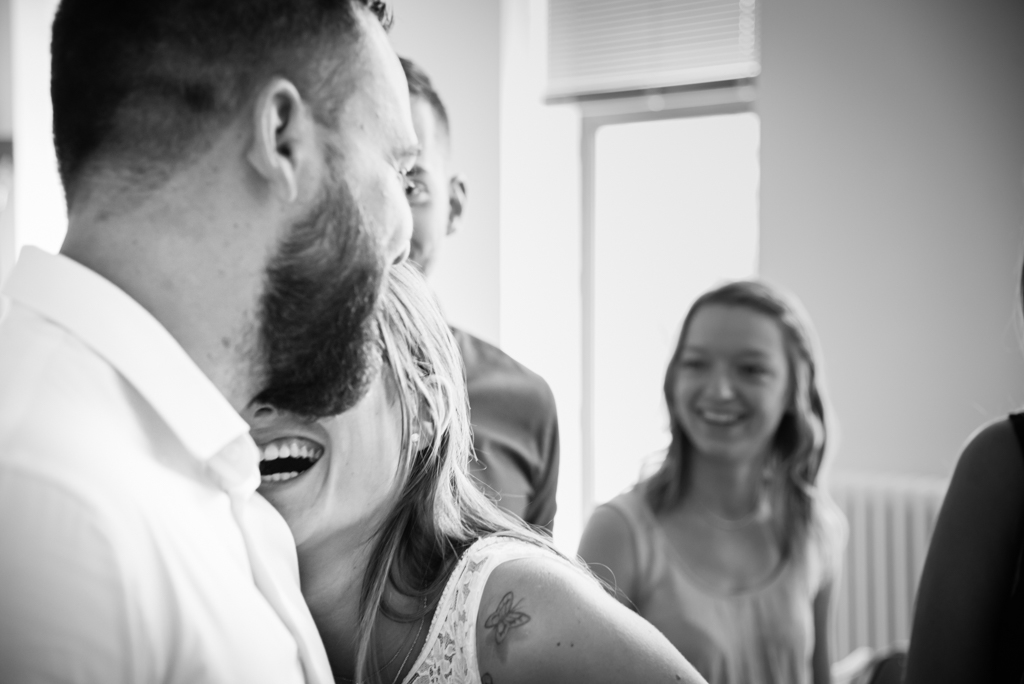 la joie à létat pur dans le sourire de la mariée après la mairie