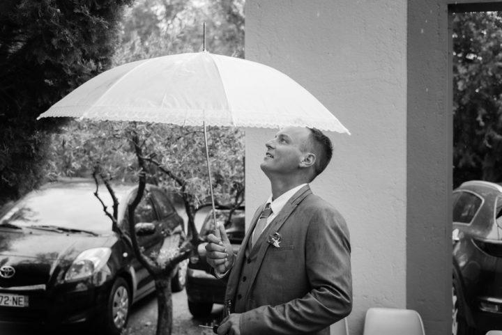 Il pleut costume de marié parapluie mariage pluvieux