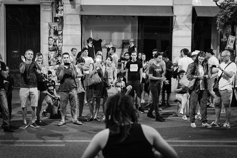 spectacle de rue pendant le festival d'Avignon en début de soirée