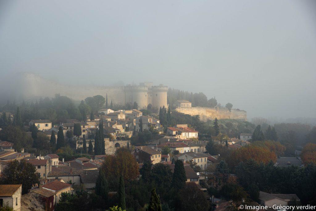 Le fort Saint-André à Villeneuve-lès-Avignon dans le brouillard matinal