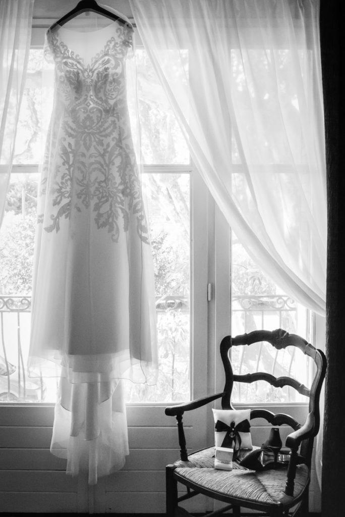 La robe de la mariée pendant les préparatifs du mariage, reportage photo de mariage, chaussures et accessoires