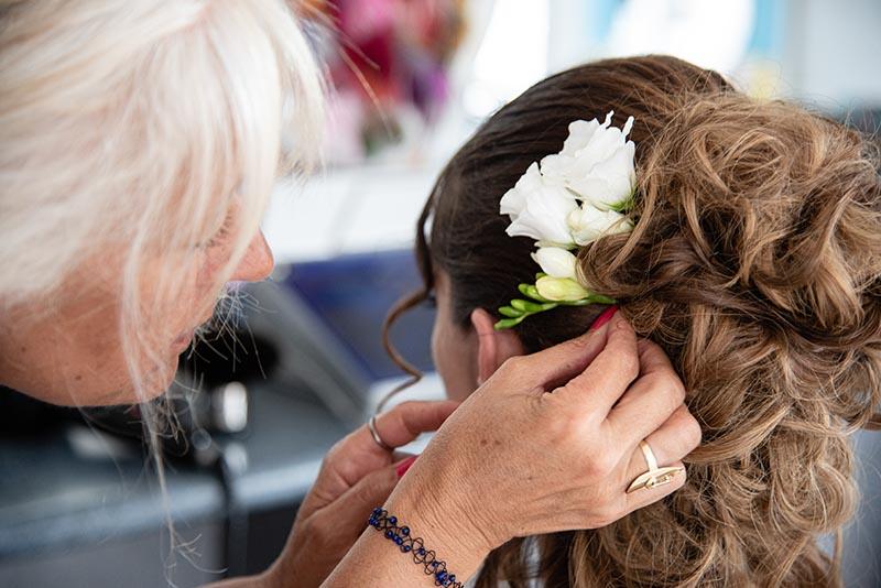 Mariage préparatif coiffure coiffeuse fleur dans les cheveux