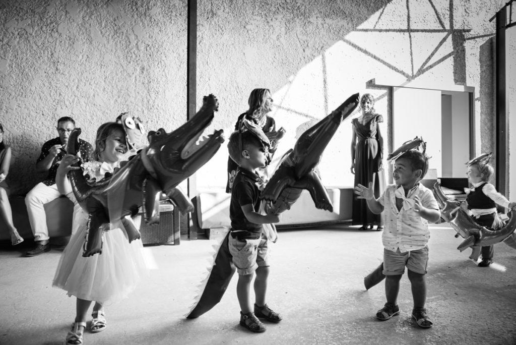 spectacle d'enfant sur la chansonn des crocodiles pendant le vin d'honneur d'un mariage