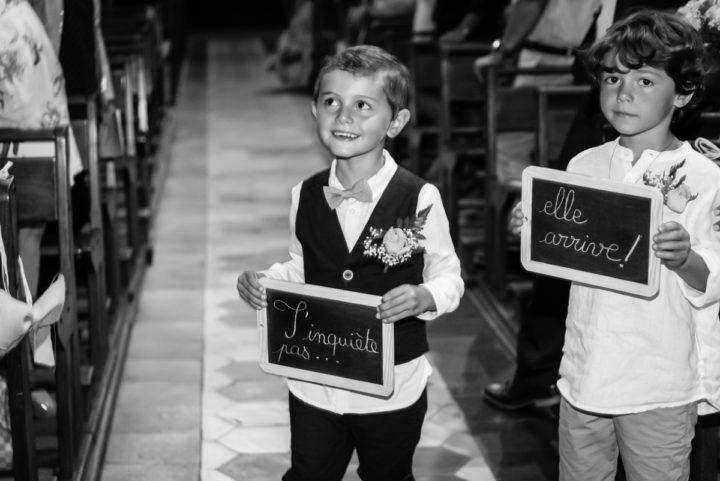 Les garçons d'honneurs préviennent le marié que la mariée arrive à l'église de Chateaurenard