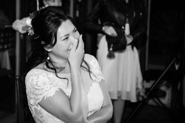 Fête pendant la soirée, la mariée est joyeuse