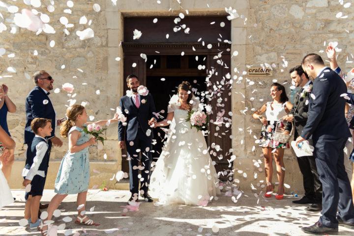 sortie d'église, tout le monde est ravi de lancer des confettis sur les mariés