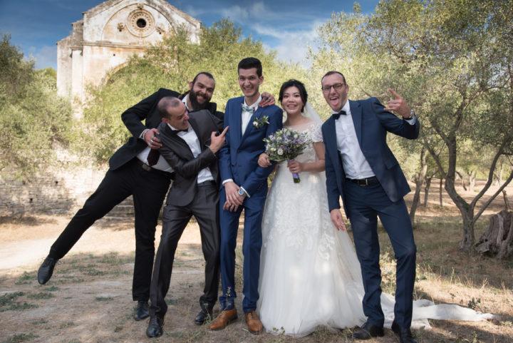 photos de groupe avec les témoins, phot décontractée avec les mariés