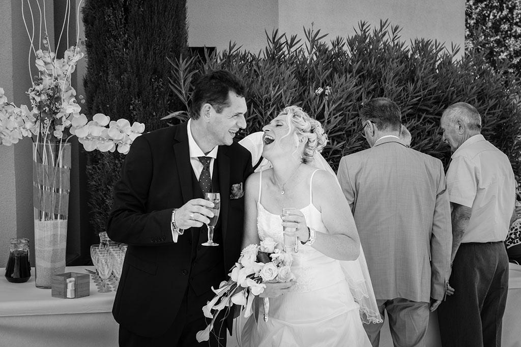 Les mariées ouvrent le vin d'honneur avec leurs invités reportage