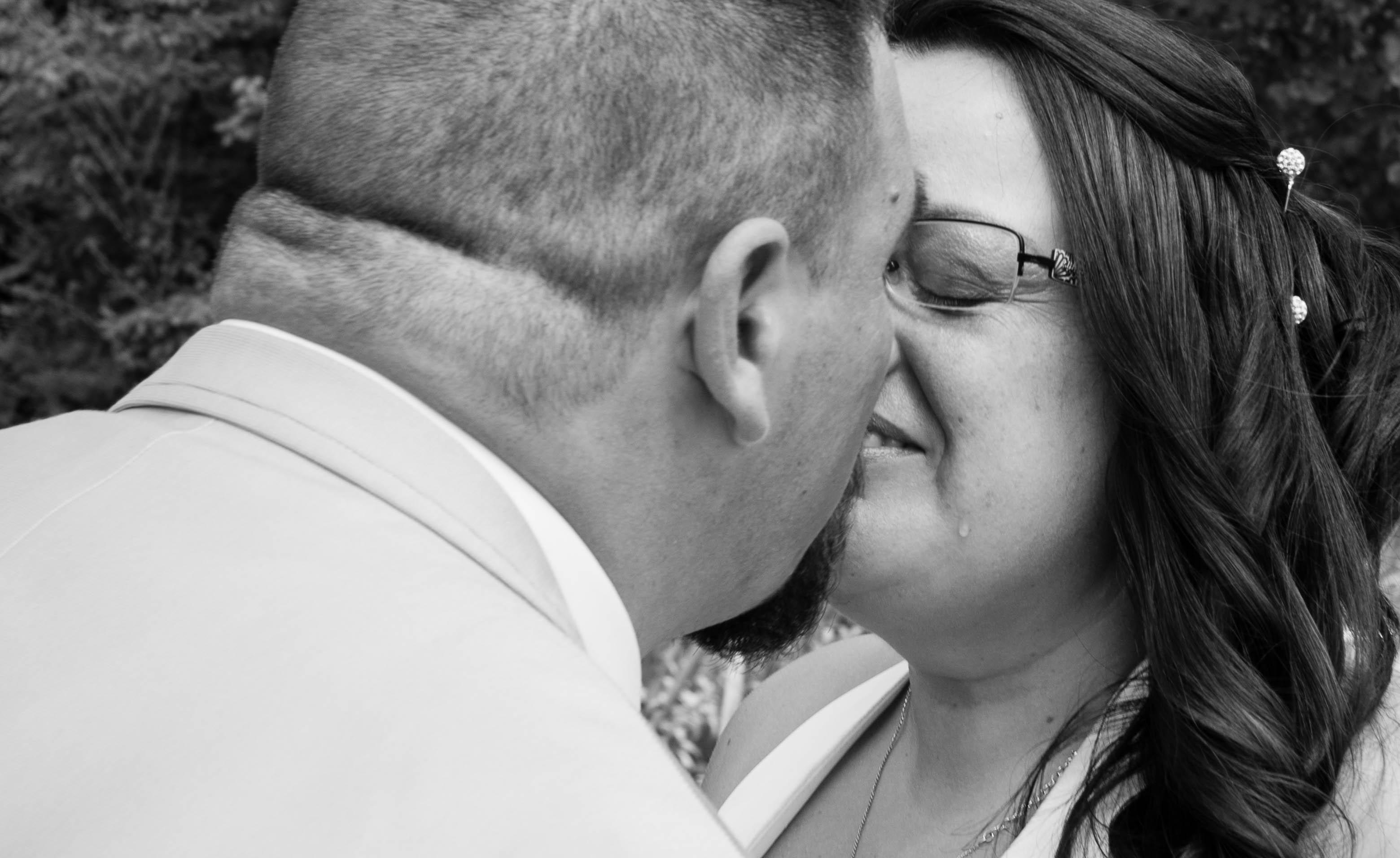 Les mariés se découvrent pour la première fois et versent une petite larme