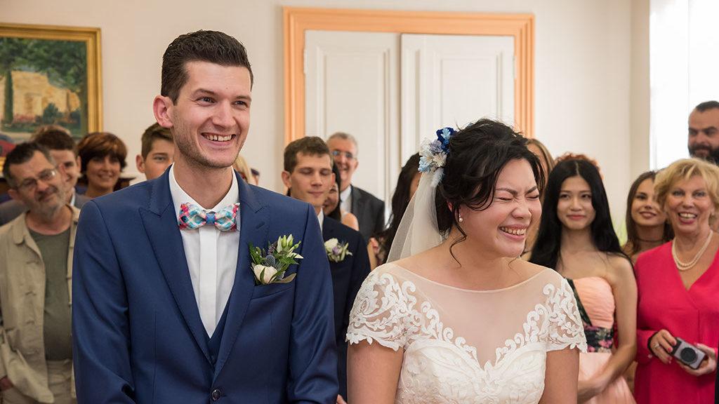 Les mariés se sont dit oui à la mairie dans un fou rire avec une belle robe de mariée