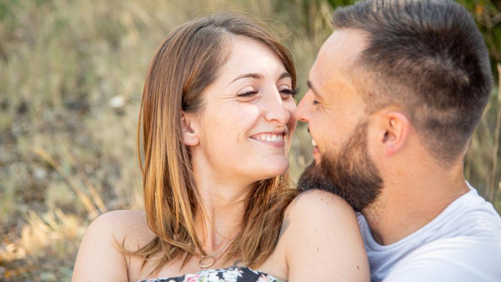 Un couple proche et heureux d'être ensemble, ils sont fiancé, demain ils seront mariés