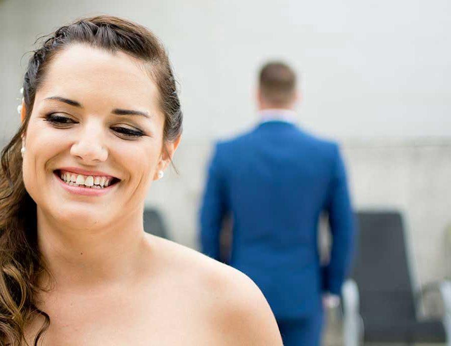 Les futurs époux vont se découvrir maintenant habillés en costume et en robe de mariée