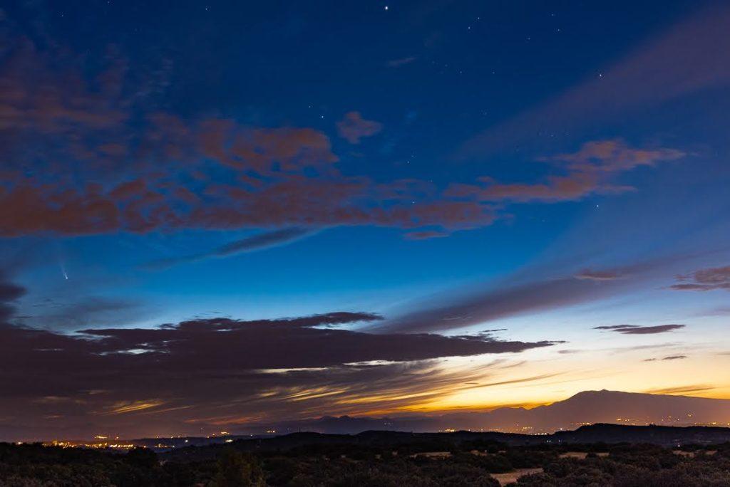 il faisait nuit, il était 5h00 j'ai pris la comète Néowise en photo