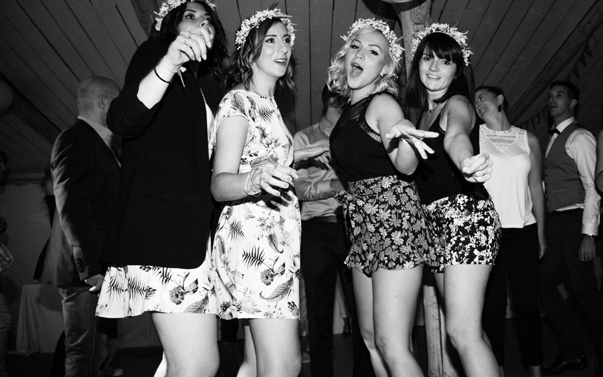 fête soirée du mariage, les demoiselles d'honneur déchaînées dansent